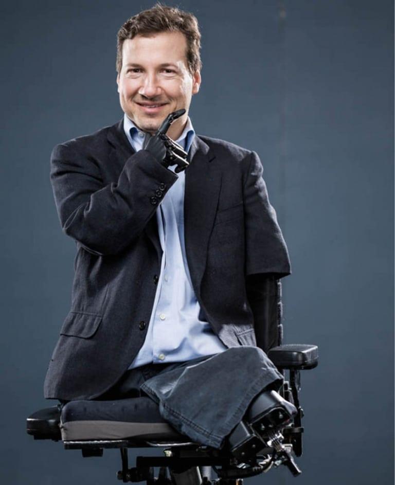 Dr. Georg Fraberger sitzt ohne Arme und Beine im E-Rollstuhl, arbeitet als Psychologe in freier Praxis und im Krankenhaus, ist Speaker und Buchautor.